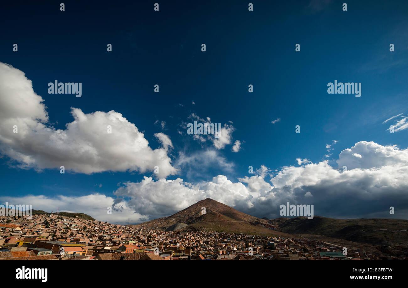 Vista aérea de la ciudad de Potosí con el Cerro Rico en el fondo sur, Altiplano, Bolivia Imagen De Stock