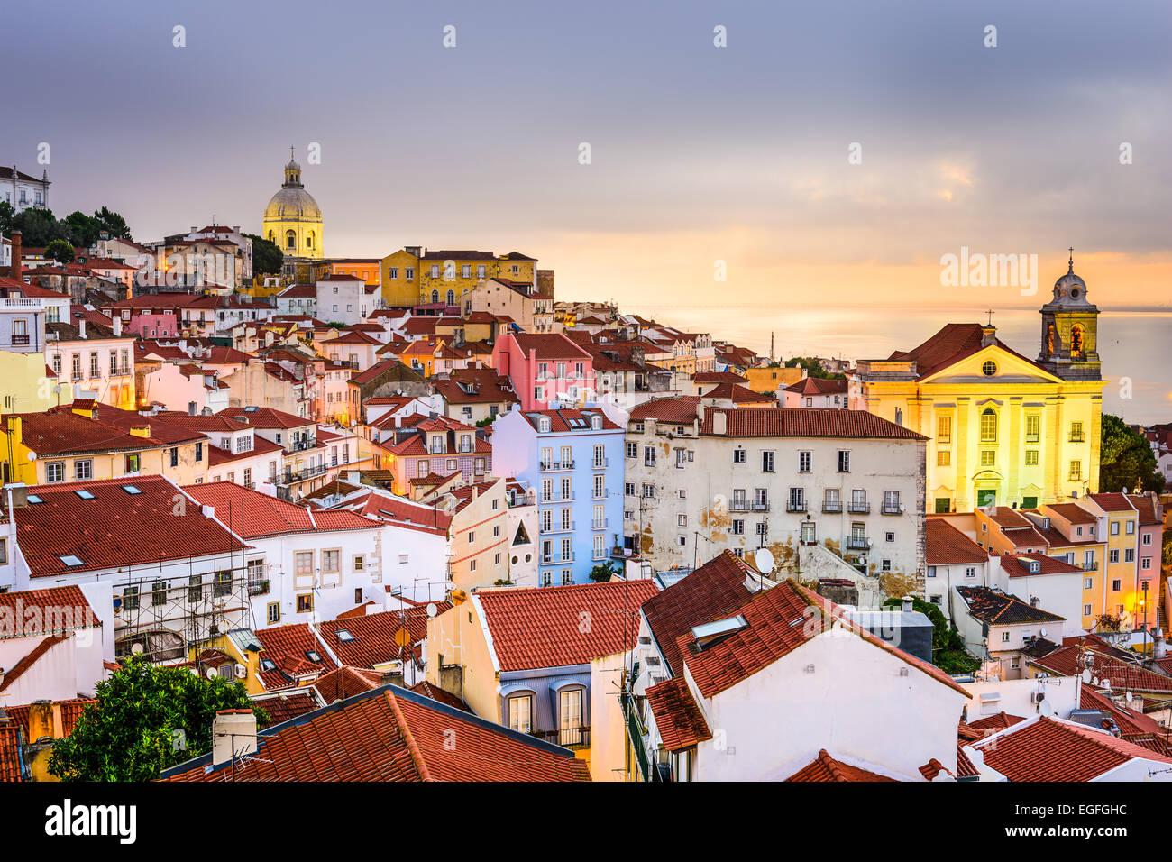 Lisboa, Portugal paisaje urbano en el distrito de Alfama al amanecer. Imagen De Stock
