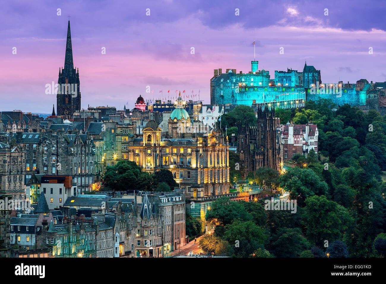 El horizonte de Edimburgo, con el castillo de Edimburgo en el fondo. Fotografiado desde Calton Hill justo después Imagen De Stock