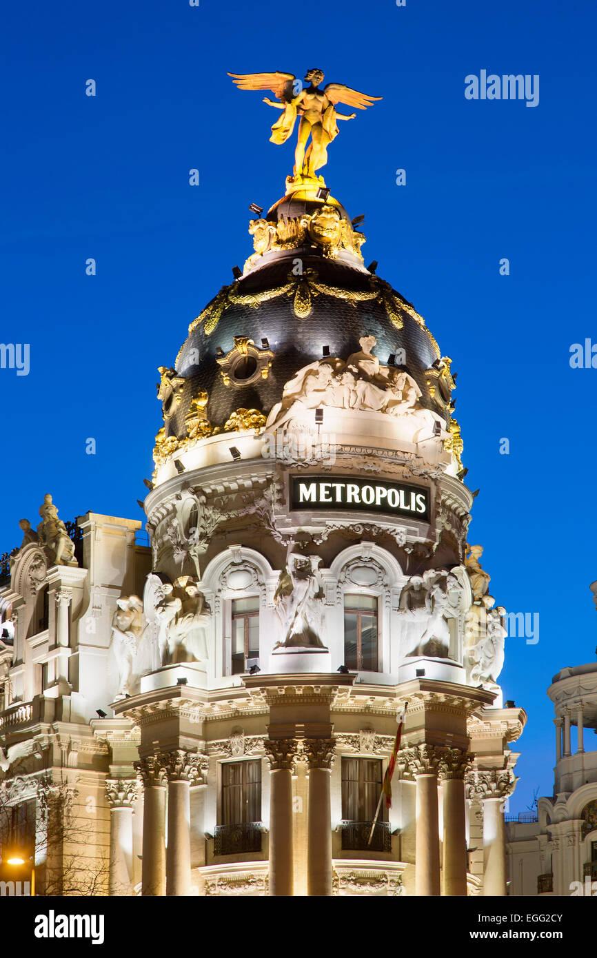 Madrid, edificio Metrópolis y la Gran Vía, en la noche Imagen De Stock