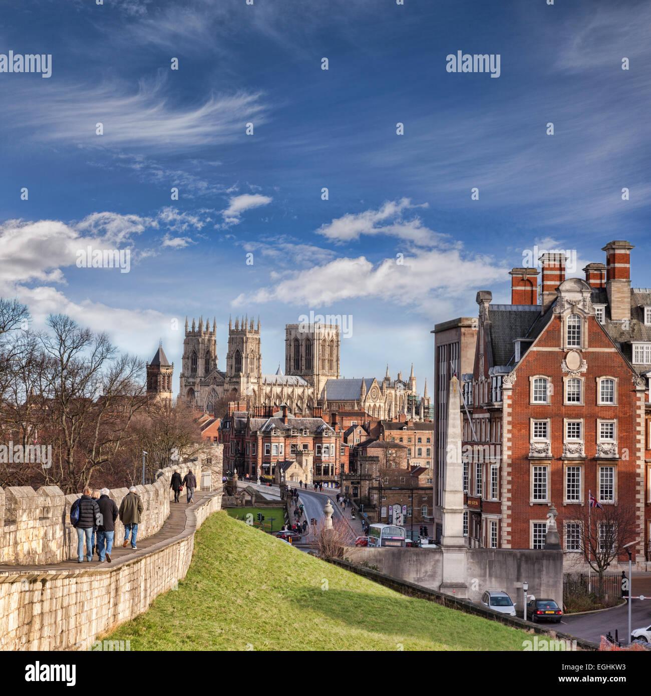 La ciudad de York, North Yorkshire, Inglaterra, una vista a lo largo de la pared hacia la ciudad de York Minster, turistas caminando a lo largo de la pared. Foto de stock