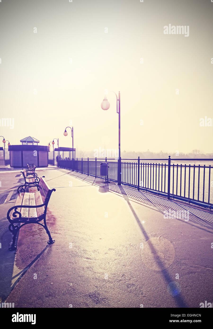 Vintage Retro nostálgico filtrada imagen del paseo marítimo con los brillos de la lente. Imagen De Stock