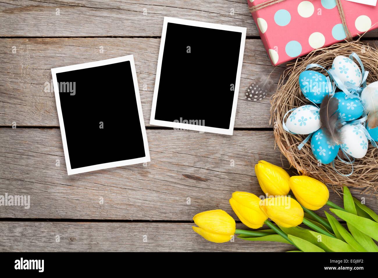 Fondo de Pascua con marcos de fotos en blanco y azul, huevos blancos ...
