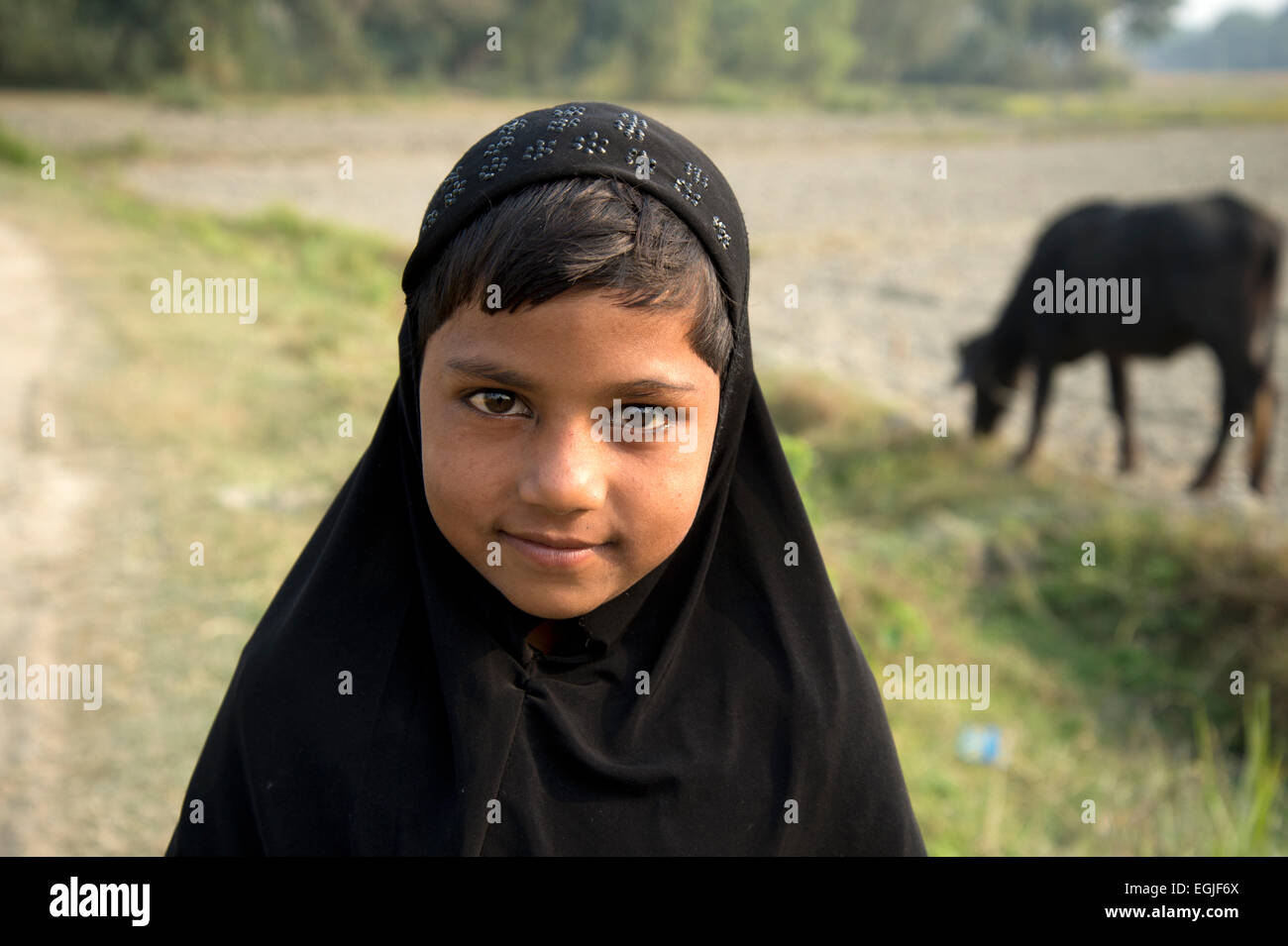 Bihar. La India. Mastichak village. Una joven chica musulmana llevaba un pañuelo negro. Foto de stock