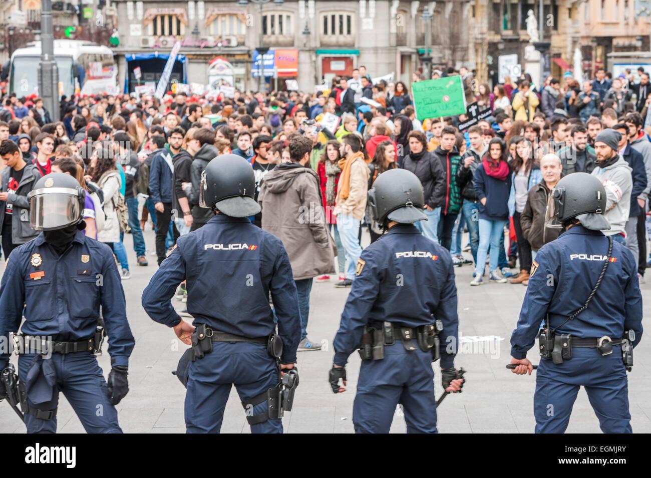 Madrid, España. 26 Feb, 2015. La policía antidisturbios en Plaza del ...