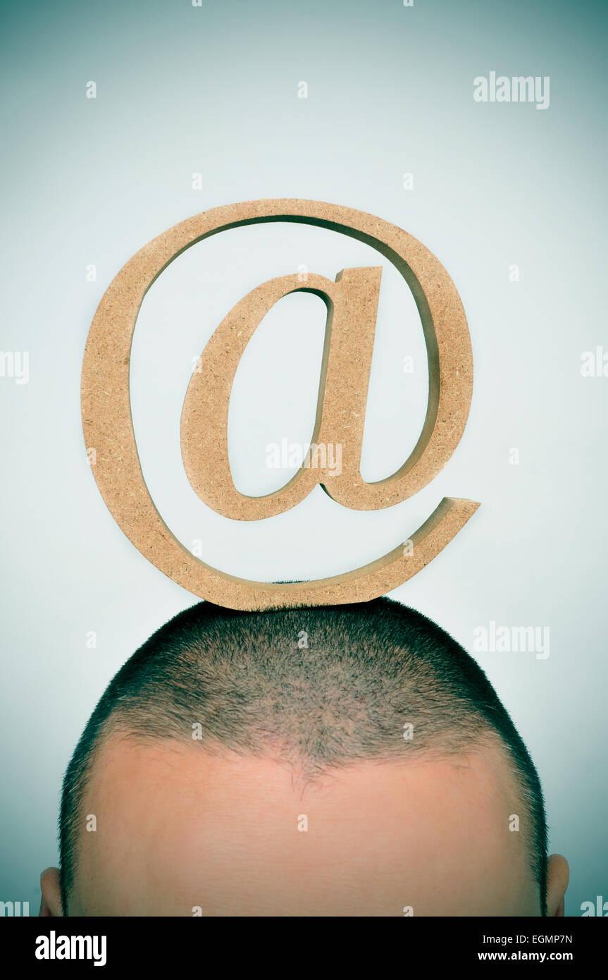 Primer plano de un hombre joven con un signo en su cabeza Imagen De Stock