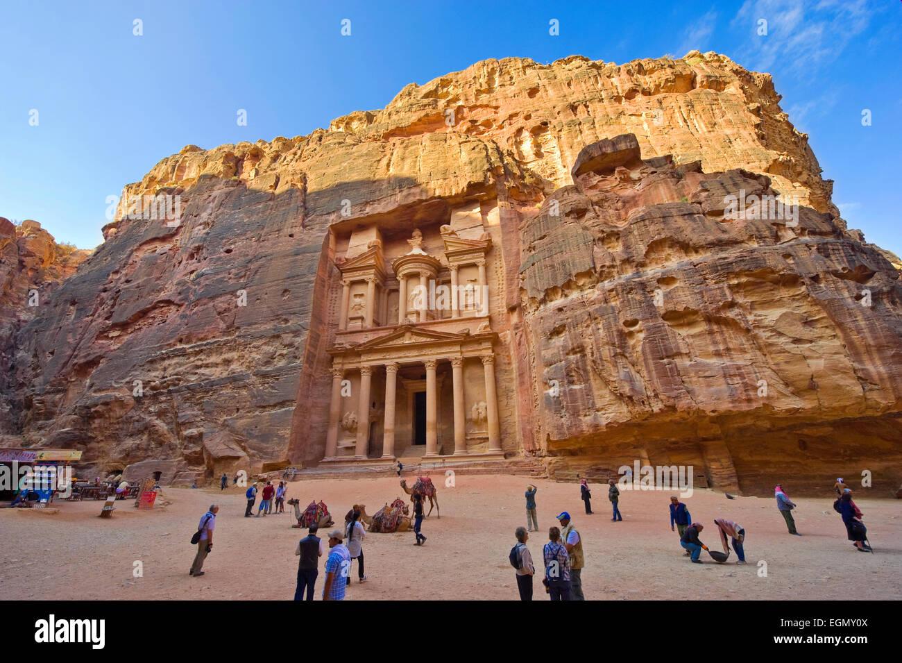 El tesoro también se llama al Khazna, es la más famosa y magnífica fachada en Petra Jordania Imagen De Stock