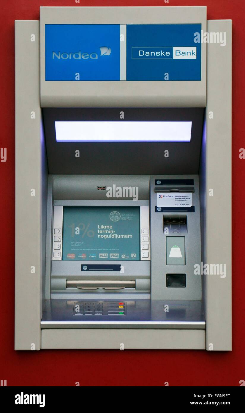 Riga, Letonia. Cajero automático ATM cajeros automáticos cajeros cashline sobre calle comercial. Nordea Imagen De Stock