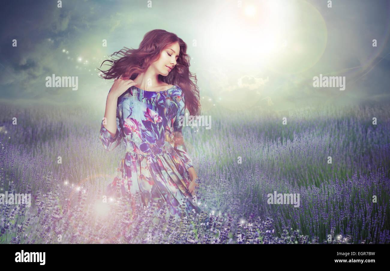 La fantasía. Mujer en la enigmática pradera sobre cielo nublado Imagen De Stock