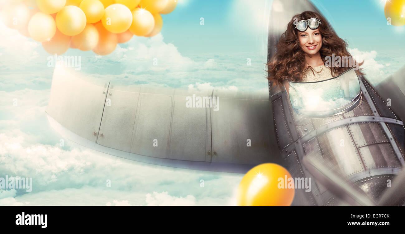 La fantasía. Mujer feliz en cabina de aeronaves Divirtiéndose Imagen De Stock