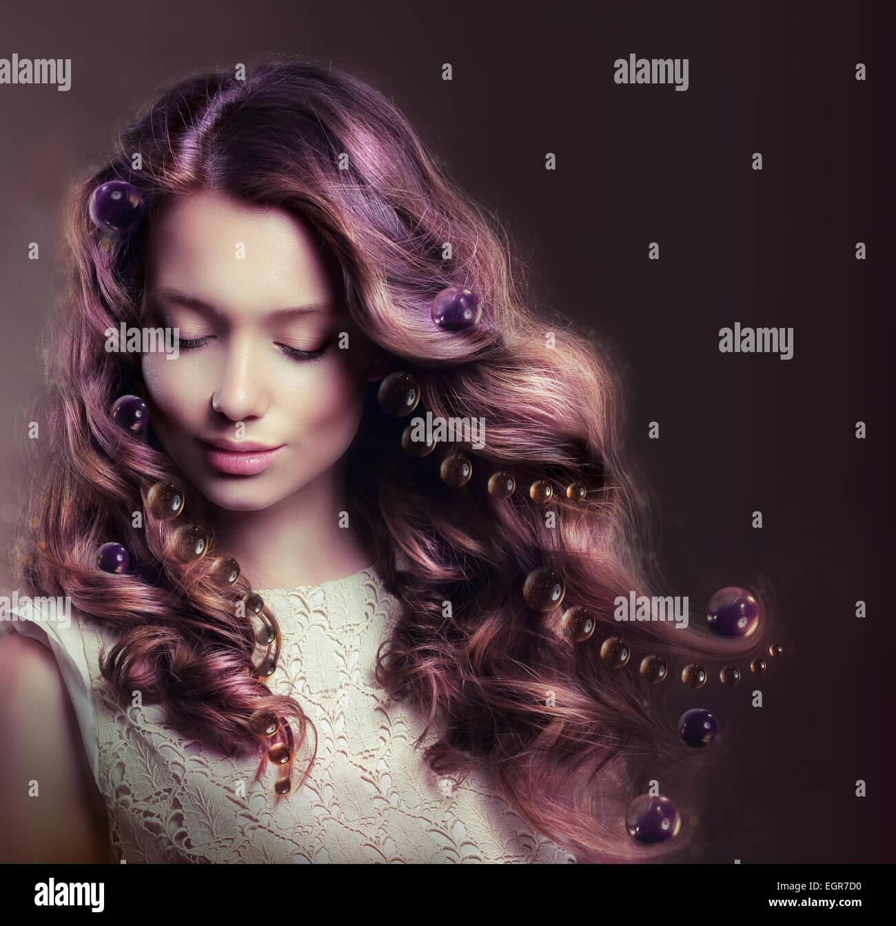 Belleza Retrato de mujer joven con el pelo que fluye Imagen De Stock