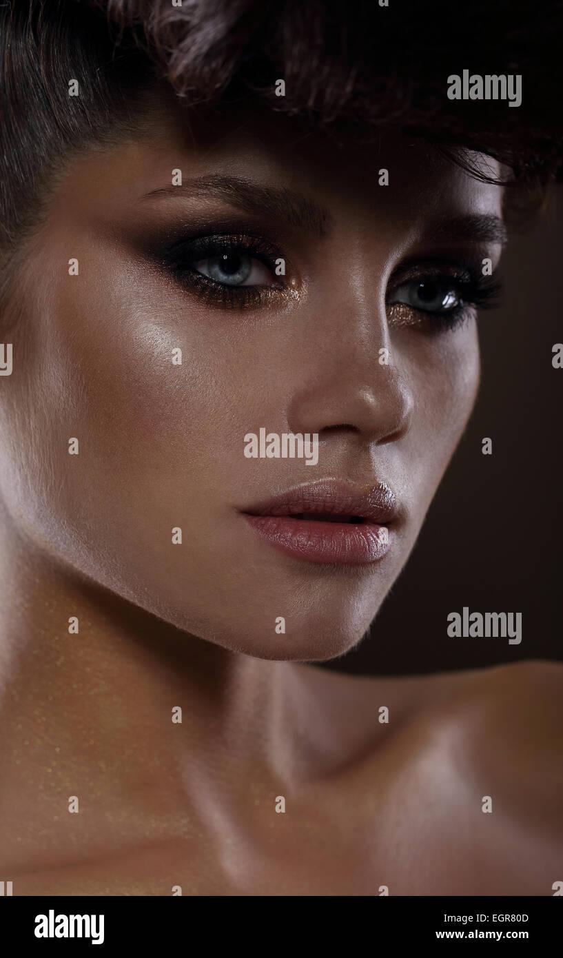 Moda glamorosa modelo con mascara oscura Imagen De Stock
