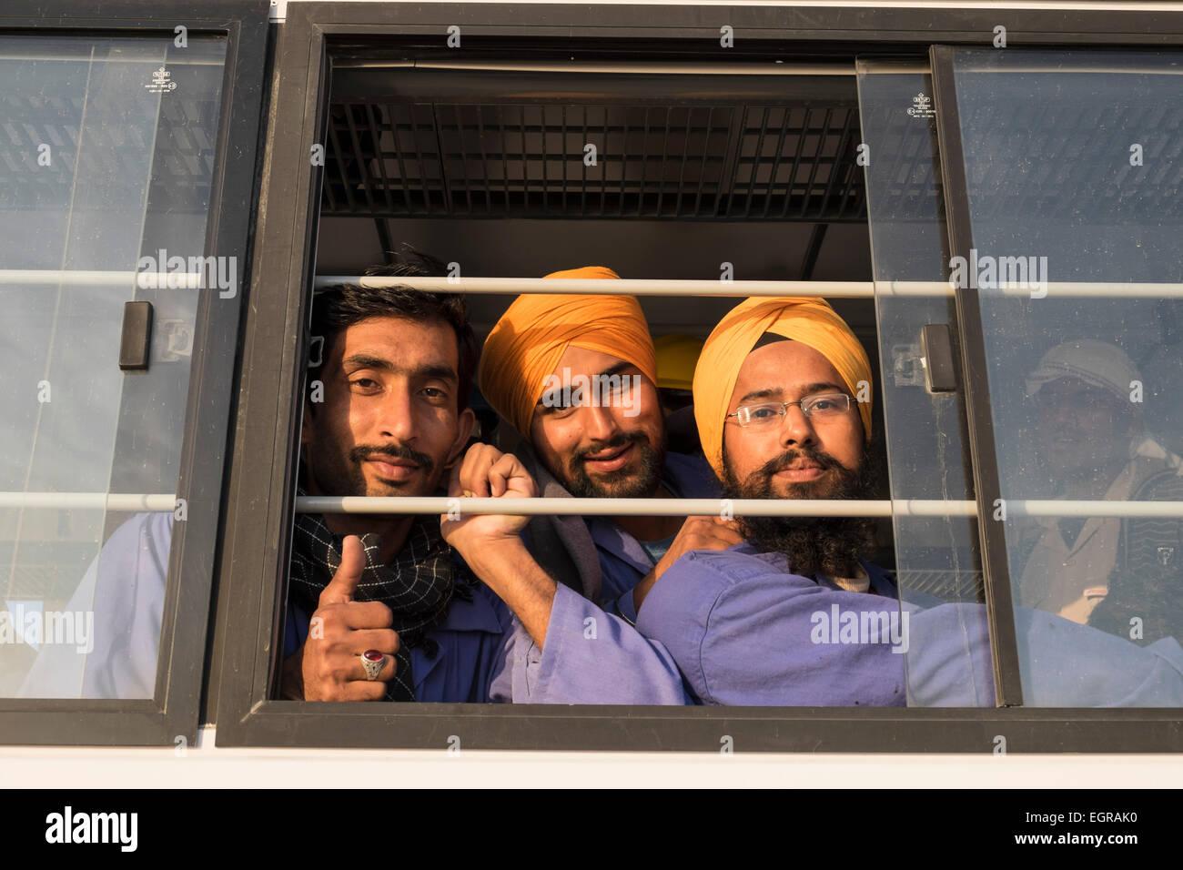 Los trabajadores de la construcción en el autobús al final de la jornada de trabajo en Dubai, Emiratos Imagen De Stock