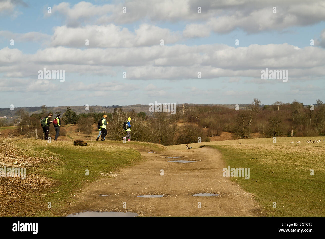 Teenage senderistas senderismo en Kent en invierno Foto de stock