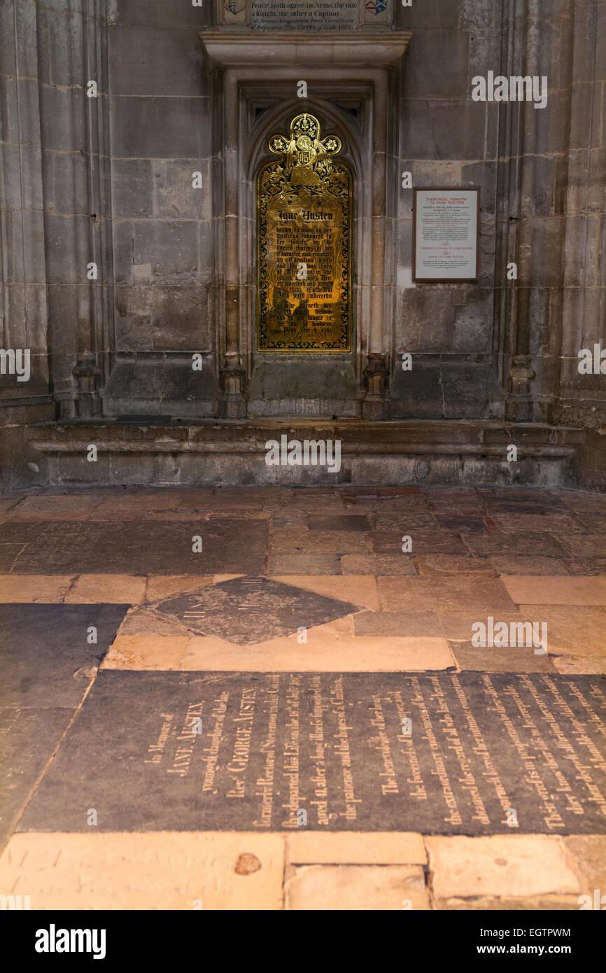 Jane Austen 's tumba de piedra en primer plano, y su posterior pared latón memorial, detrás, en la Imagen De Stock