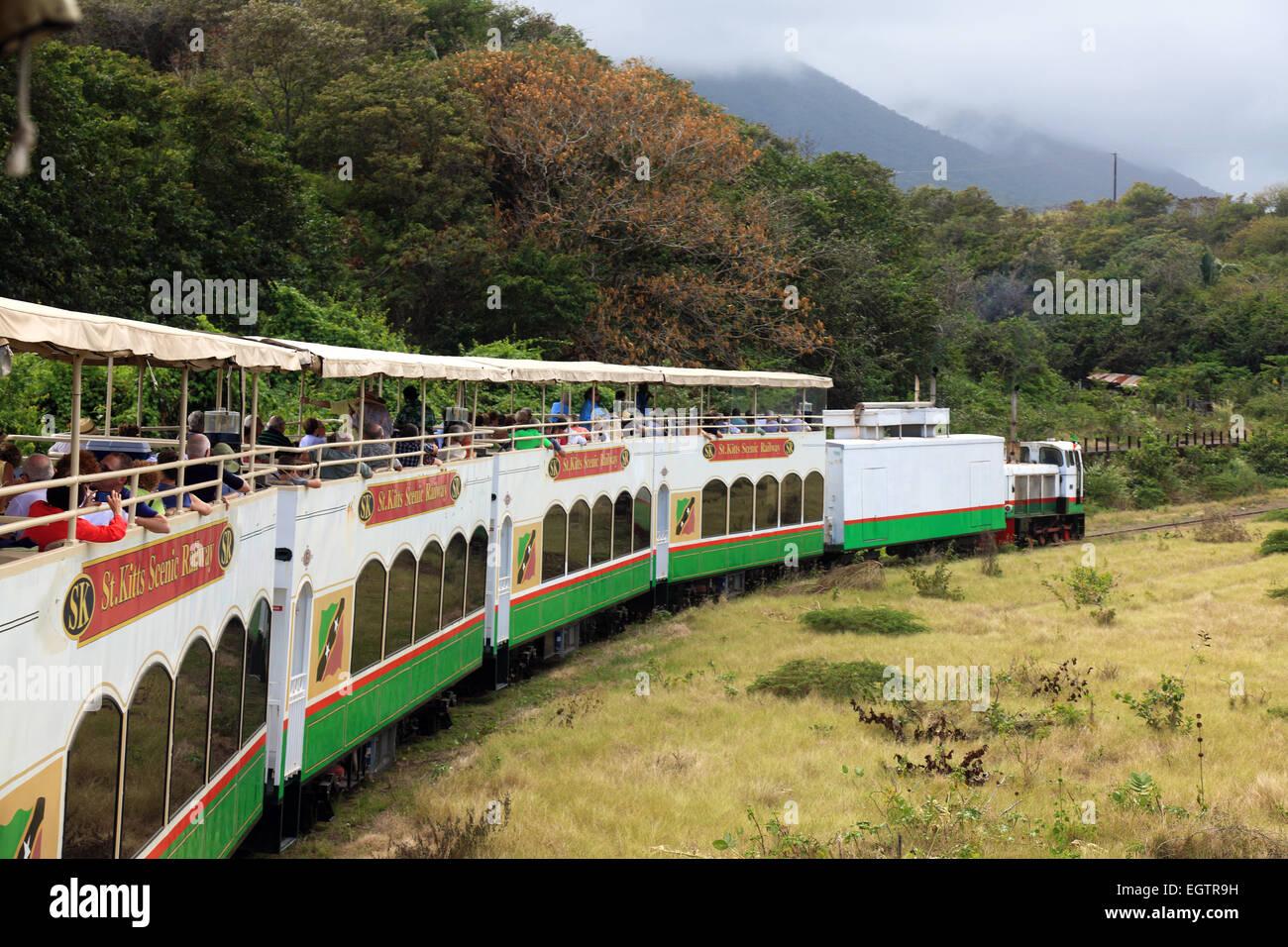 Ferrocarril escénico que lleva a los turistas a un paseo a través de las antiguas plantaciones de caña Imagen De Stock