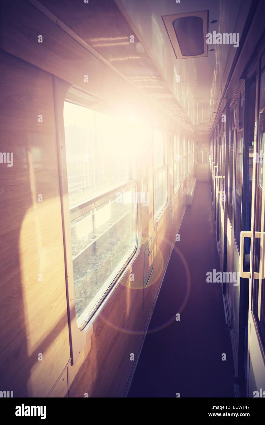 Retro imagen filtrada de un tren autobus interior con efecto Destello. Imagen De Stock