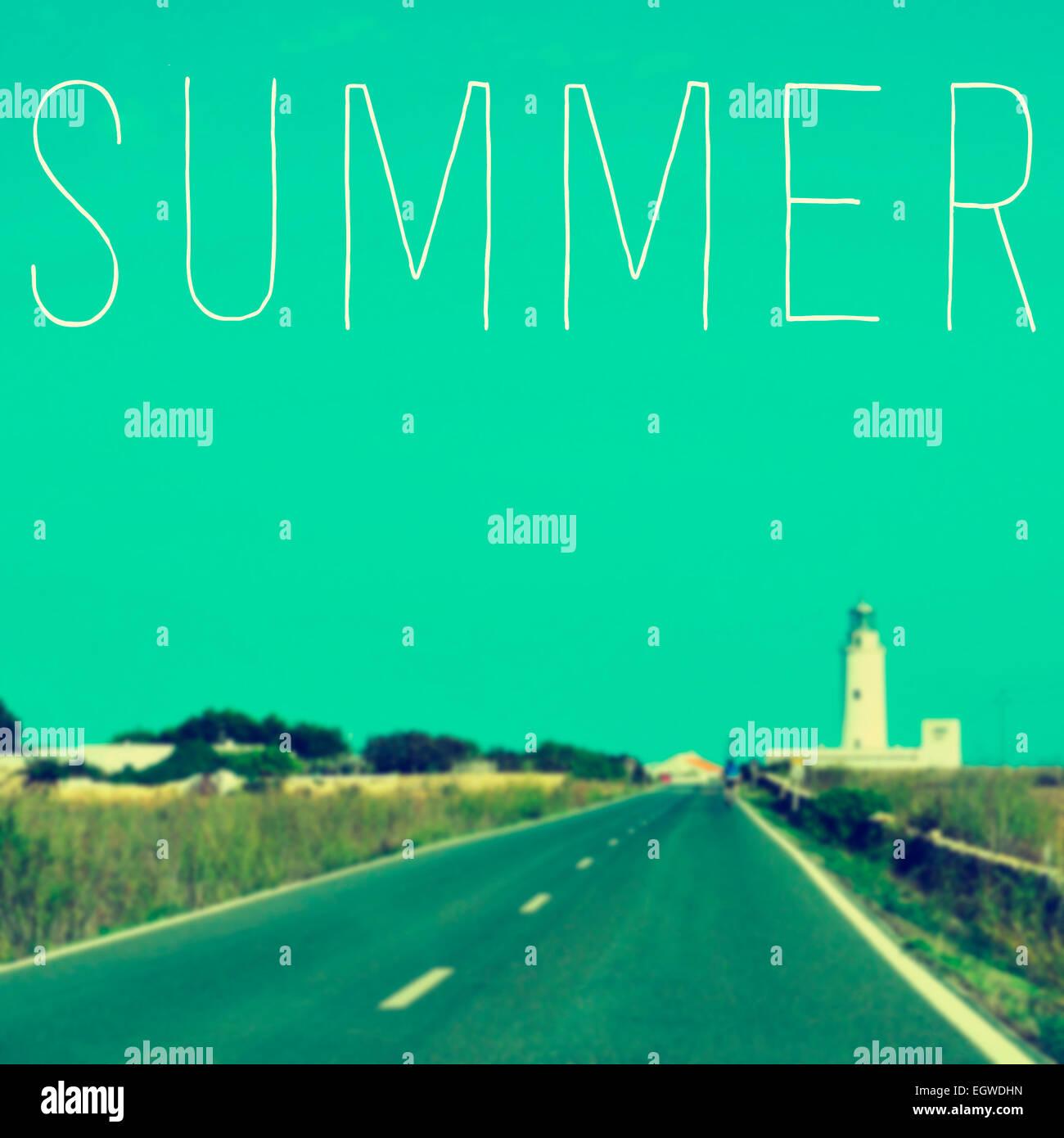 La palabra escrita en verano una imagen borrosa de una tranquila carretera que conduce a un faro Foto de stock