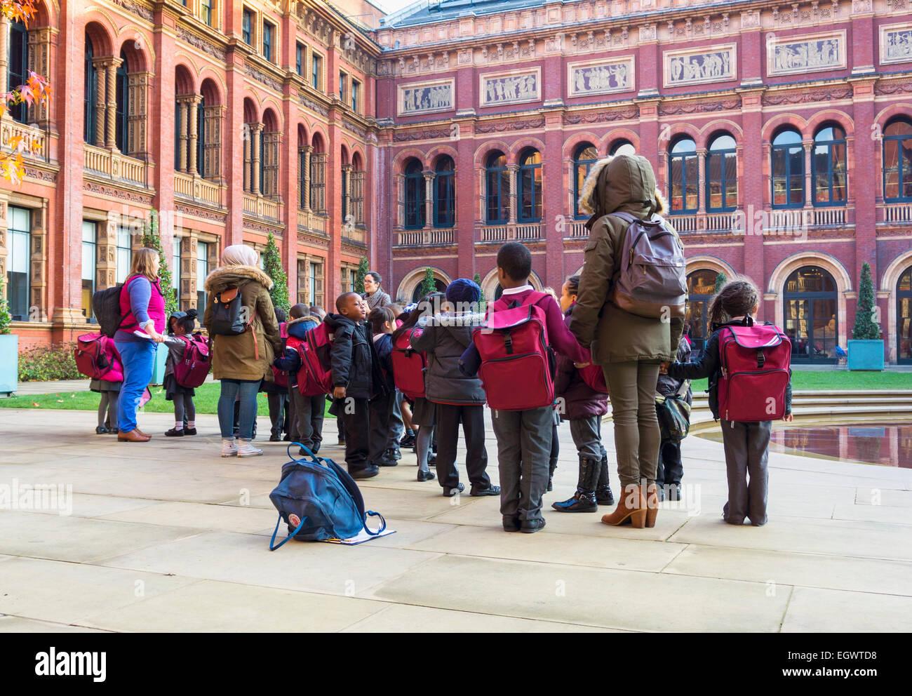 Los niños de escuela primaria en una excursión escolar en el Victoria and Albert Museum, Londres, Inglaterra, Imagen De Stock