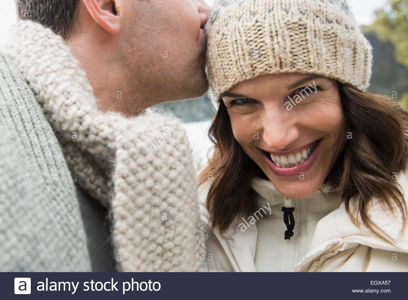 Retrato de pareja entusiasta vistiendo ropa de abrigo Imagen De Stock