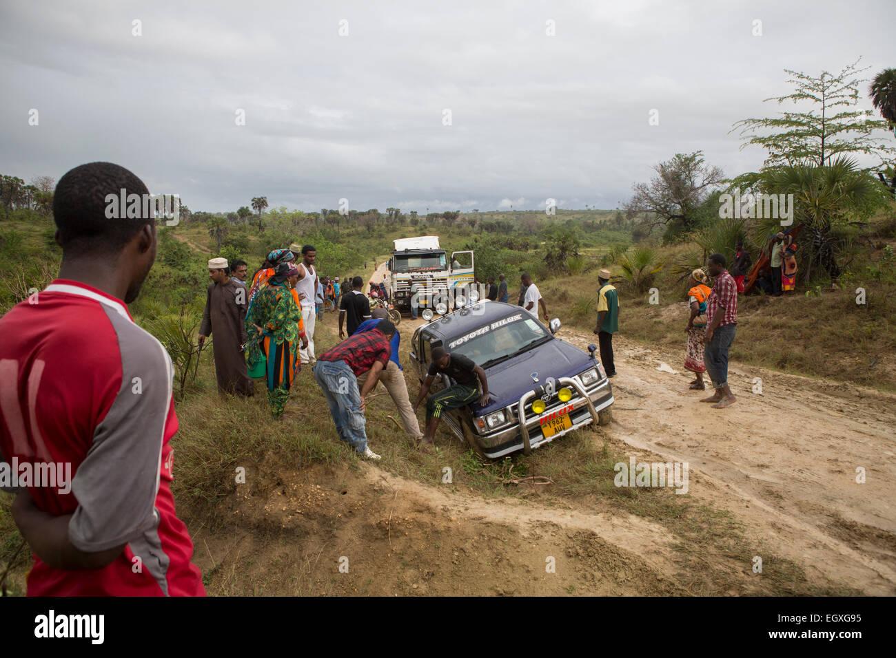 Minusválidos vehículos en una carretera cerca de impasibles en Tanga, Tanzania, África Oriental. Imagen De Stock