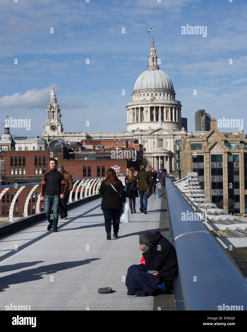 El Puente del Milenio es un lugar frío a uno de London's abajo-y-outs para ir sobre su negocio Imagen De Stock
