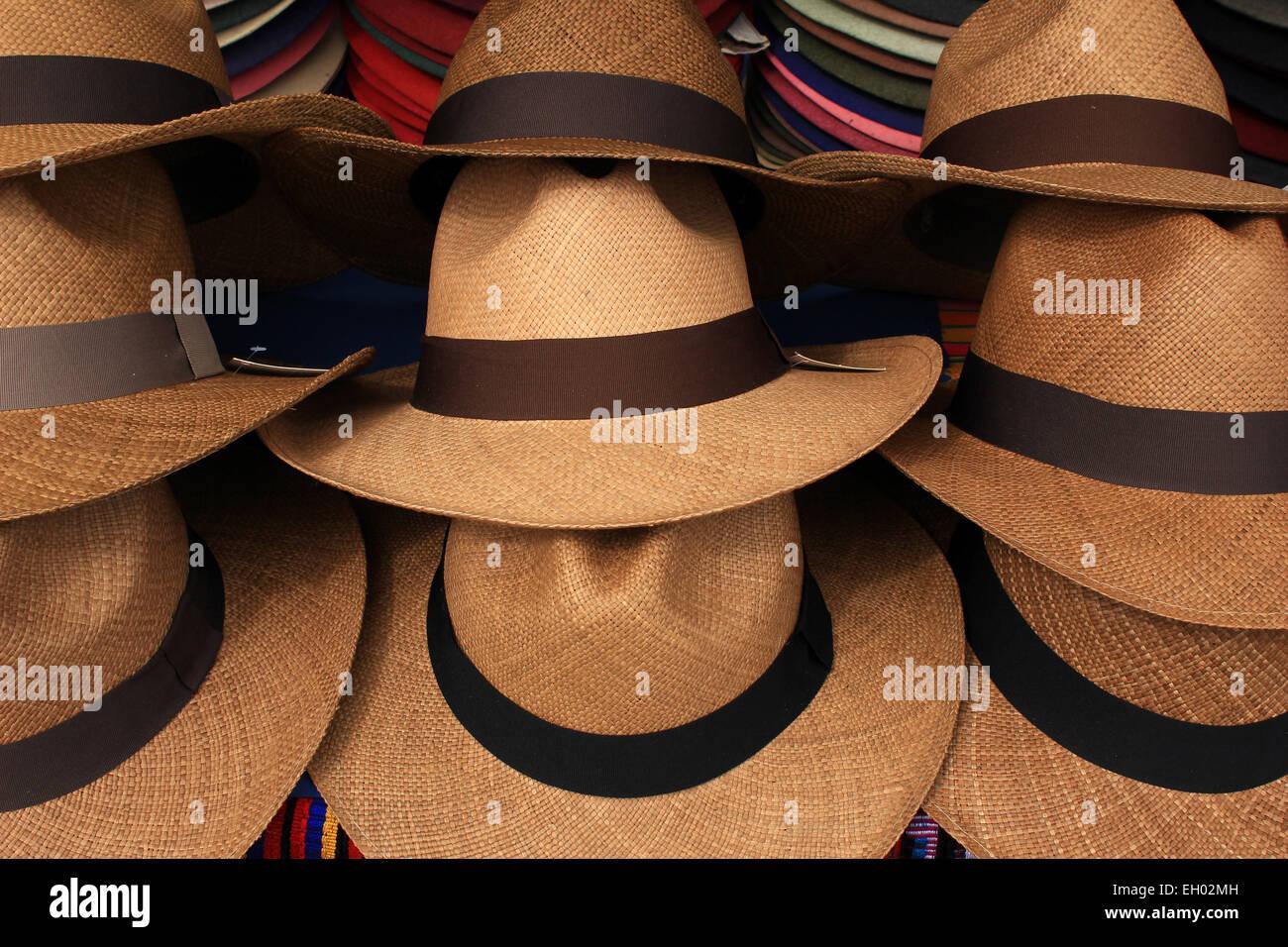 Los sombreros Panamá artesanal apiladas para la venta en el mercado de  artesanías al aire libre 498e6781722