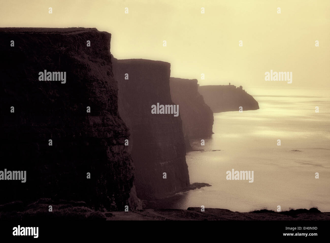 Los Acantilados de Moher en Irlanda sunset Foto de stock