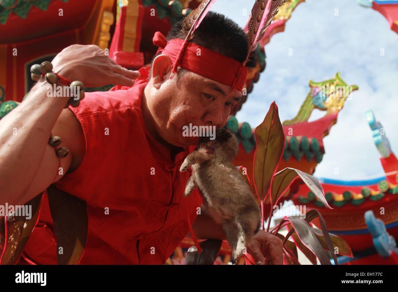 Singkawang, Kalimantan Occidental, Indonesia. 4 Mar, 2015. En Kalimantan Occidental, Indonesia - Marzo 04: Tatung Imagen De Stock