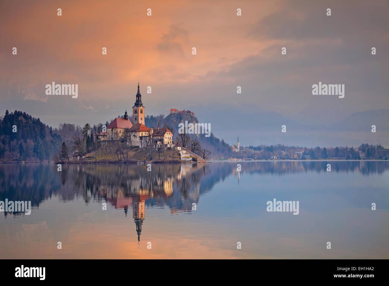 Lago Bled. Lago Bled con Santa María de la Asunción de la Iglesia en la pequeña isla. Bled, Eslovenia, Imagen De Stock