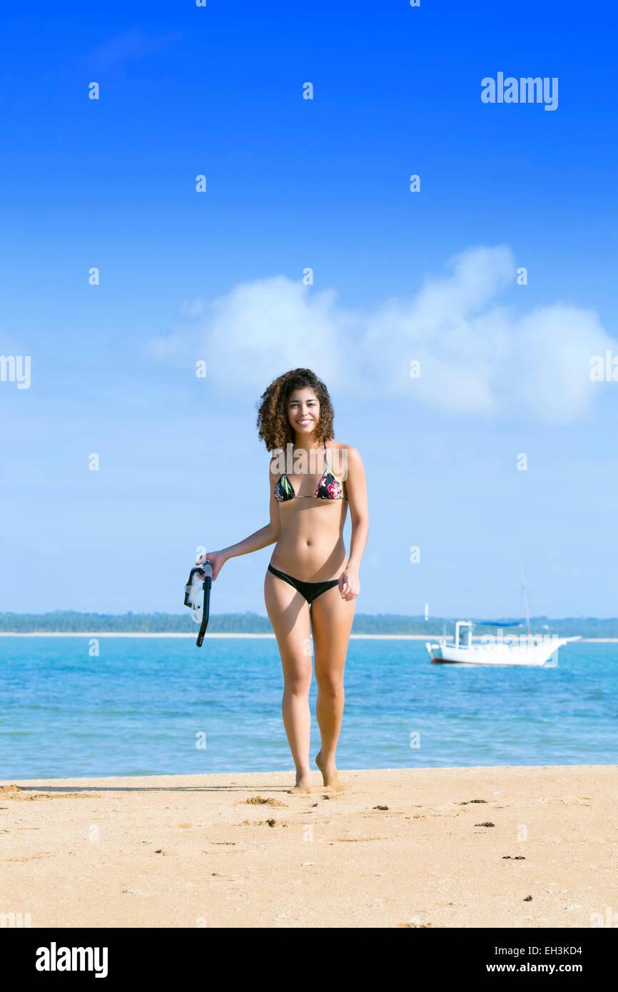 Una mujer joven con una máscara y snorkel en una playa cerca de Porto Seguro, Bahia, Brasil, América del Sur Foto de stock