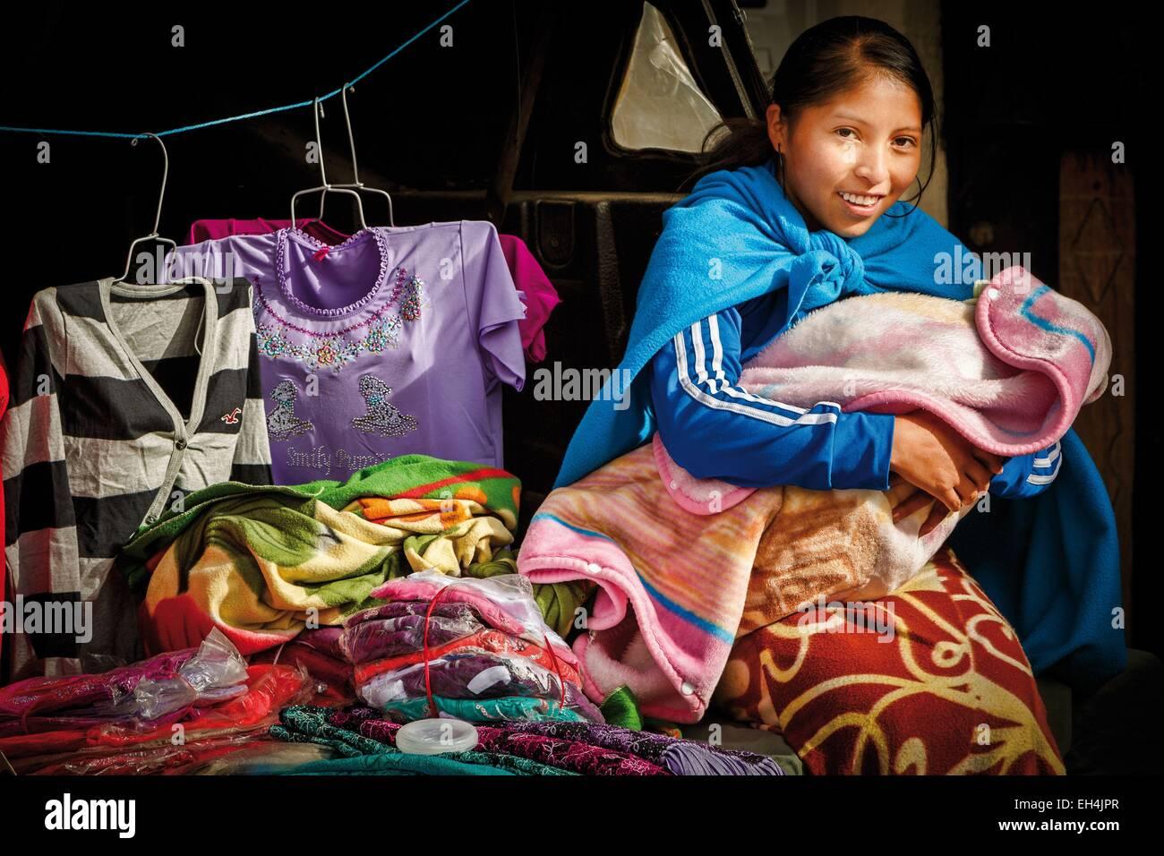 Ecuador, Cotopaxi, Zumbahua, día de la aldea de Zumbahua mercado, retrato de un campesino ecuatoriano mamando a Foto de stock