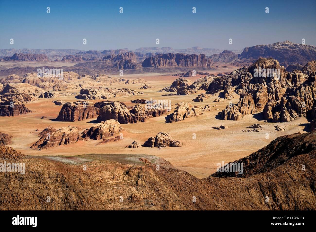 Jordania, Wadi Rum desert, frontera con Arabia Saudita, vista desde la cumbre de Jabal Umm Adaami (1832m), la montaña Imagen De Stock