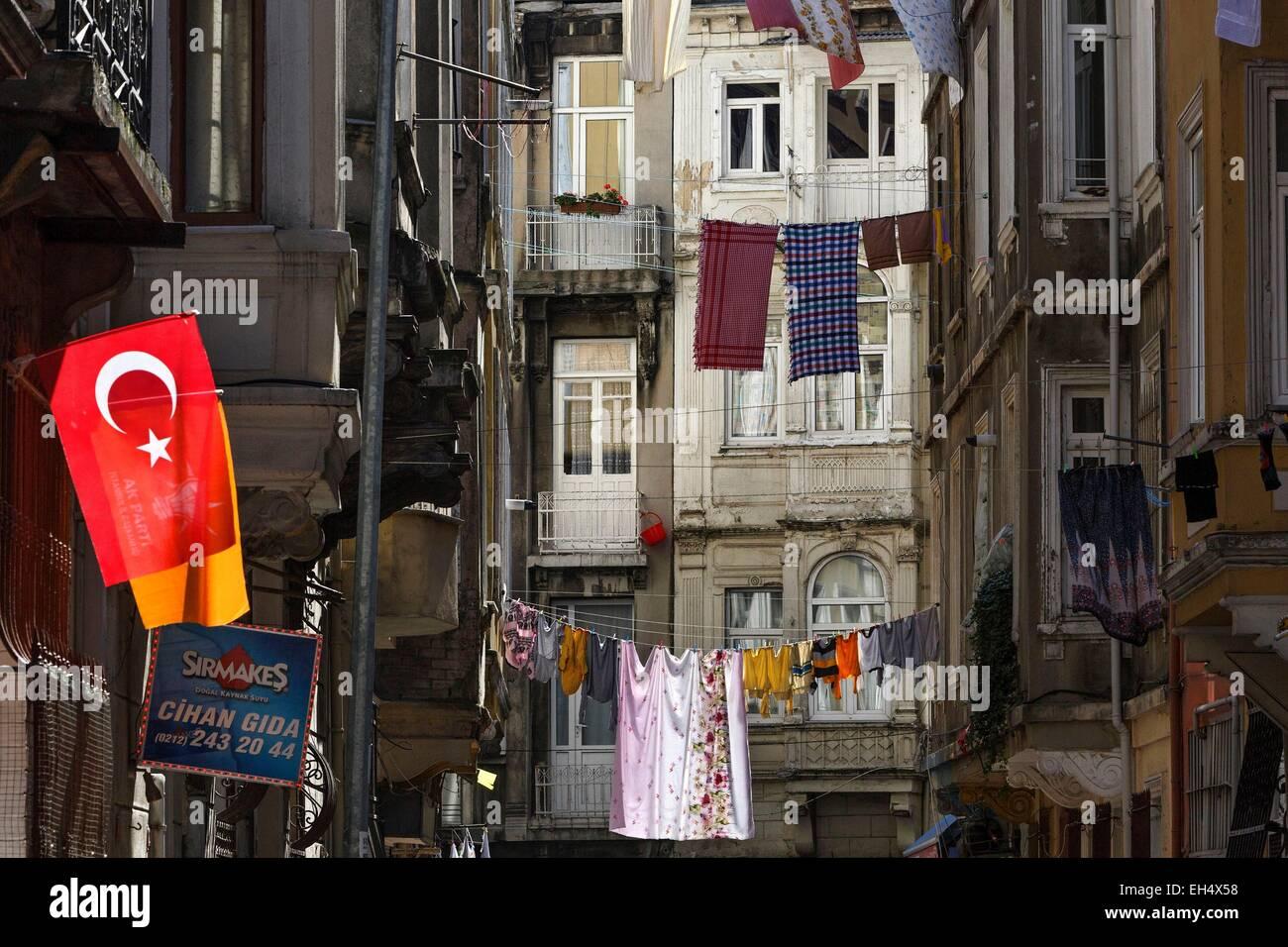 Turquía, Estambul, Beyoglu, Galata, paisaje urbano de secar los trapos en una zona popular, la bandera de la Imagen De Stock