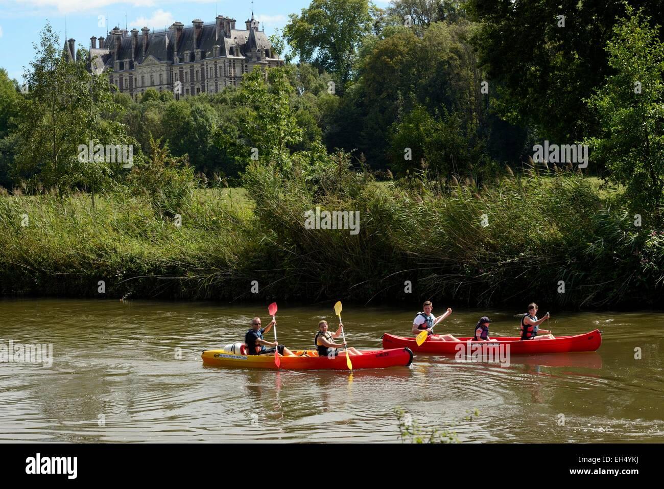 Francia, Haute Saône, Villersexel, Ognon río, canoa, Grammont castillo fechado en 1880 Imagen De Stock