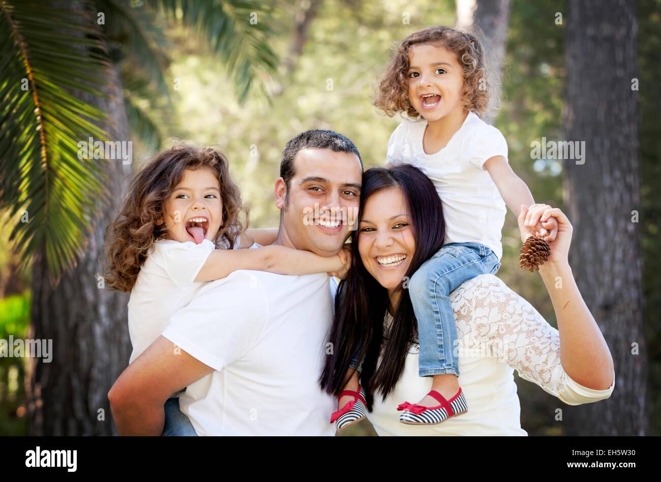 Los padres y los hijos, sonriendo feliz familia hispana Imagen De Stock