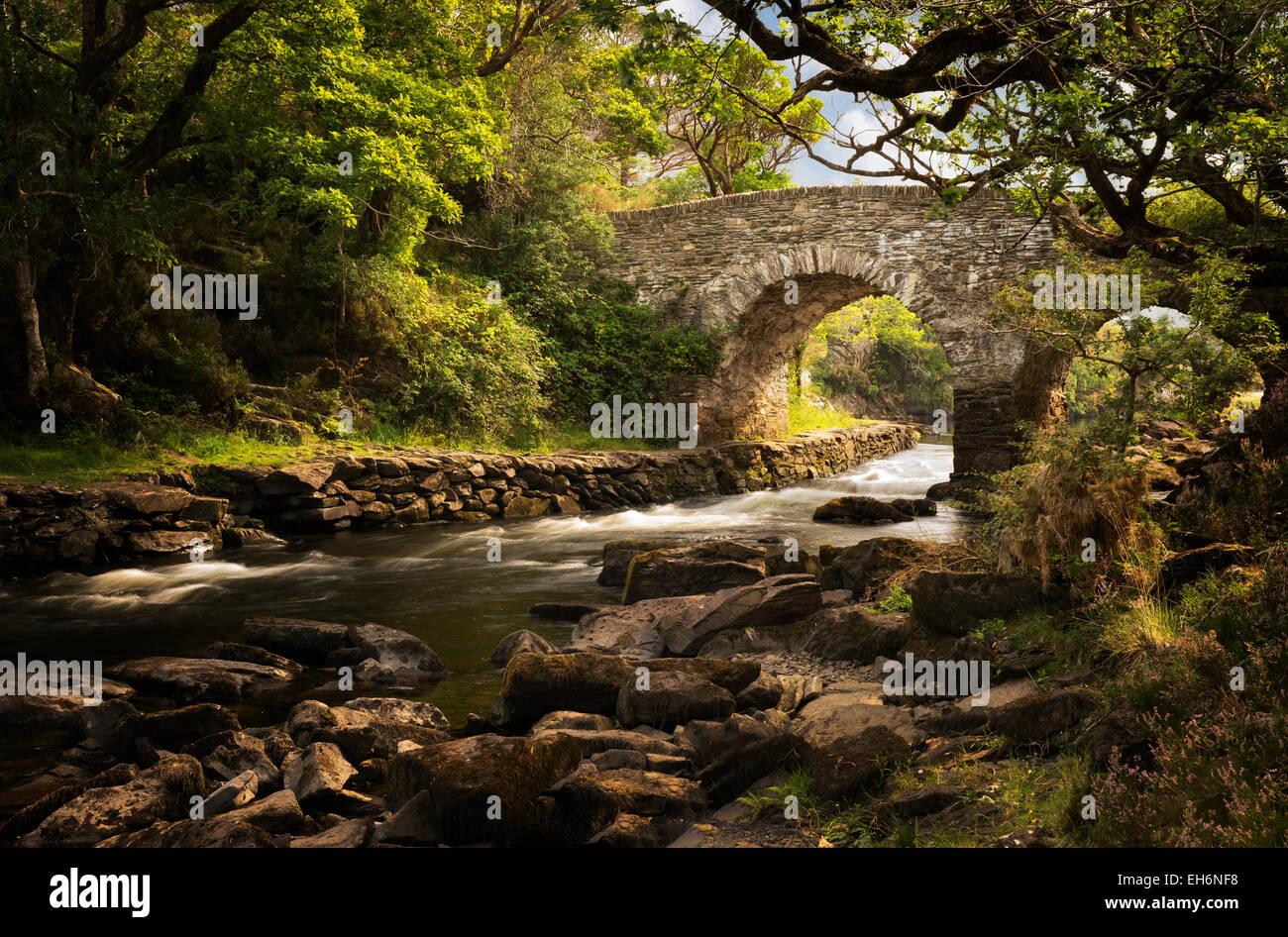 Old Weir bridge. Kilanrney Lagos, el Gap of Dunloe. El Parque Nacional de Killarney, Irlanda Imagen De Stock