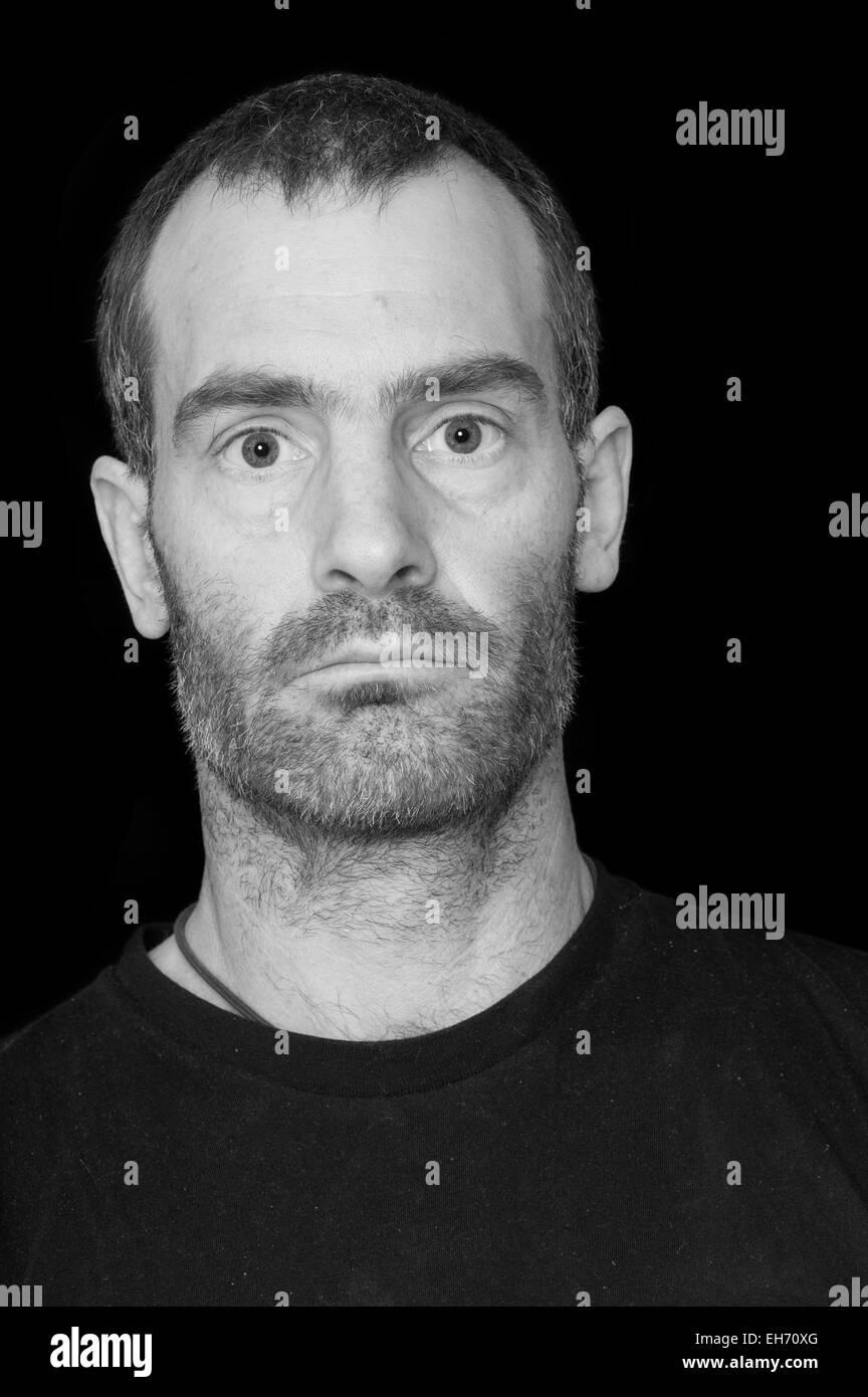 Retrato en blanco y negro de un hombre de mediana edad canosa resistente  con camiseta negra 1c30af3a12cb8