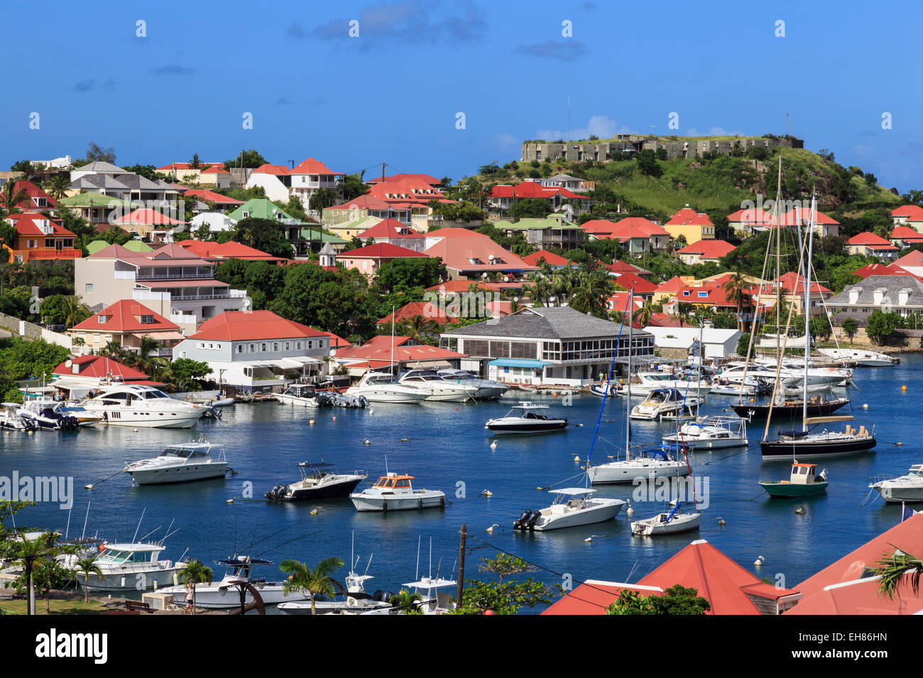 Vista elevada de Fort Oscar y Harbor, Gustavia, Saint Barthelemy (St. Barts) (St. Barth), Indias Occidentales, el Imagen De Stock