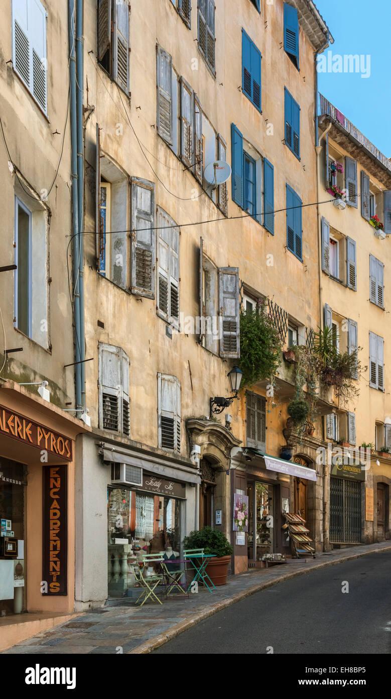 Grasse, Provence, Francia, Europa - old street scene de cafés y tiendas Foto de stock