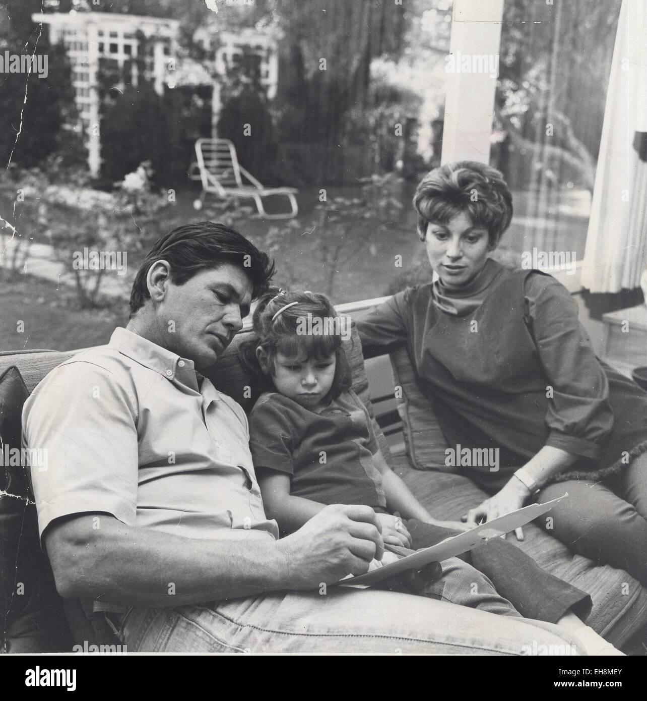CHARLES BRONSON con su esposa Harriet e hija Suzanne 1961