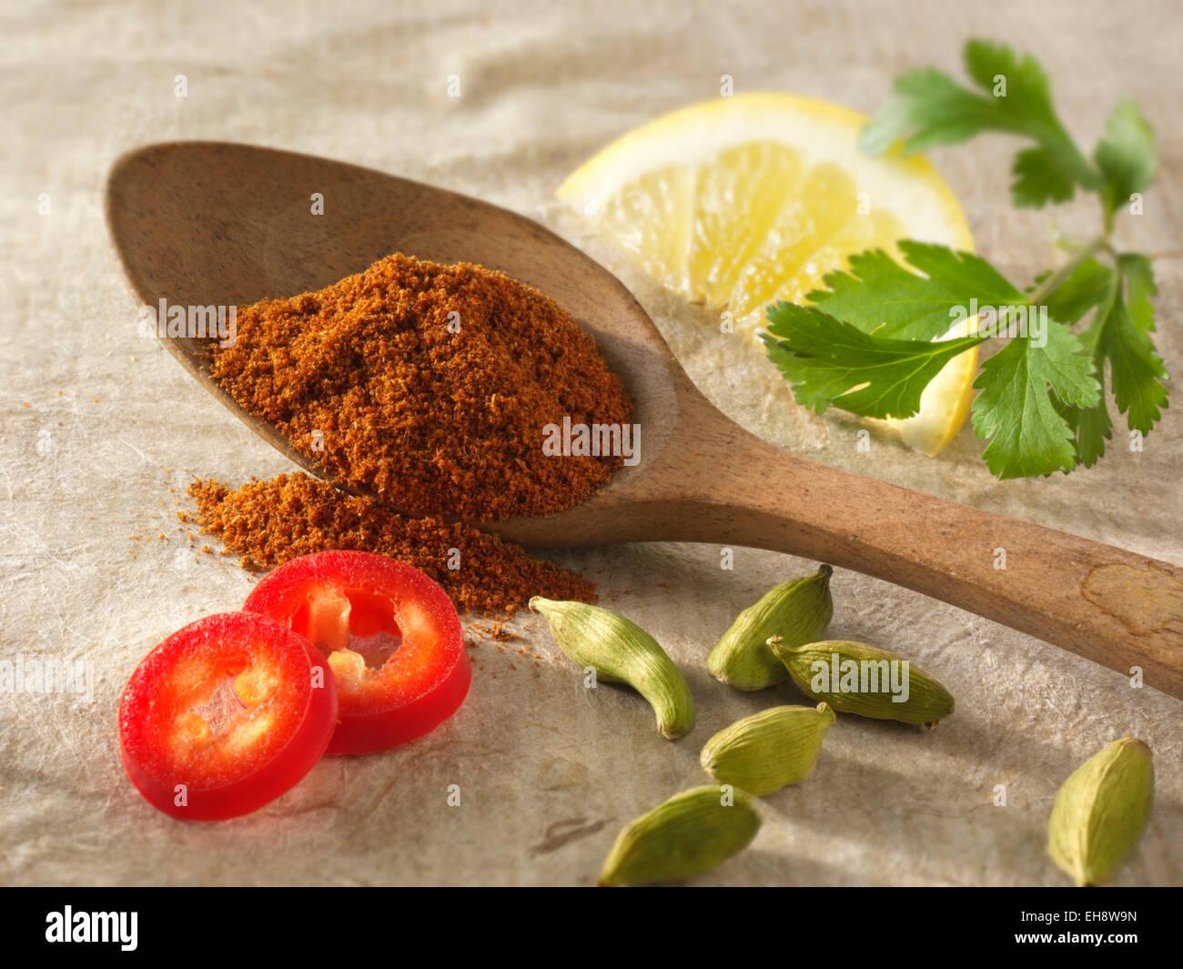Fresh & tierra chiles con semillas de cardamomo, limón y cilantro. Especias indias arreglo compuesto. Foto de stock