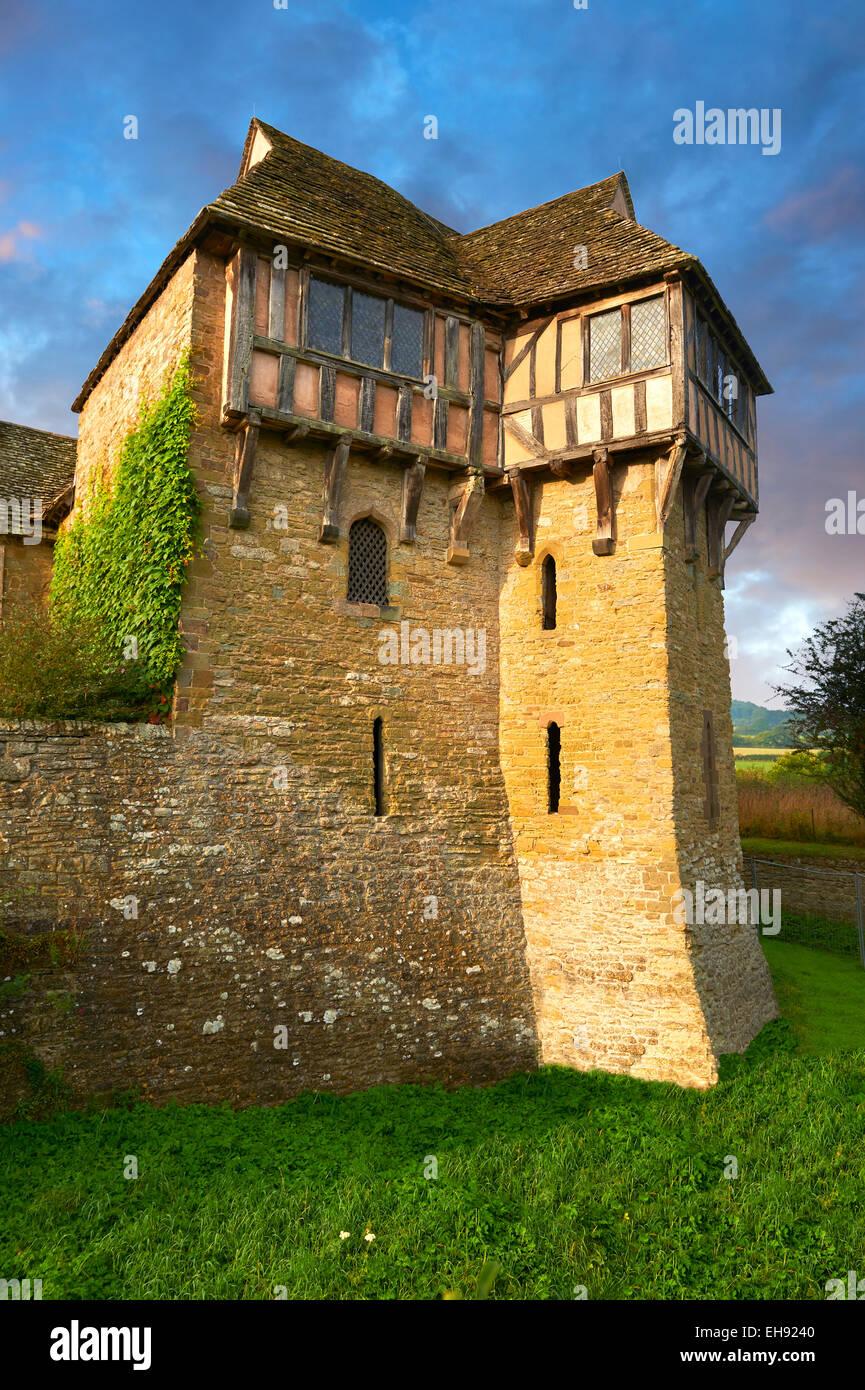 La torre norte con entramados de madera construida en el 1280s, Stokesay Castle, Shropshire, Foto de stock