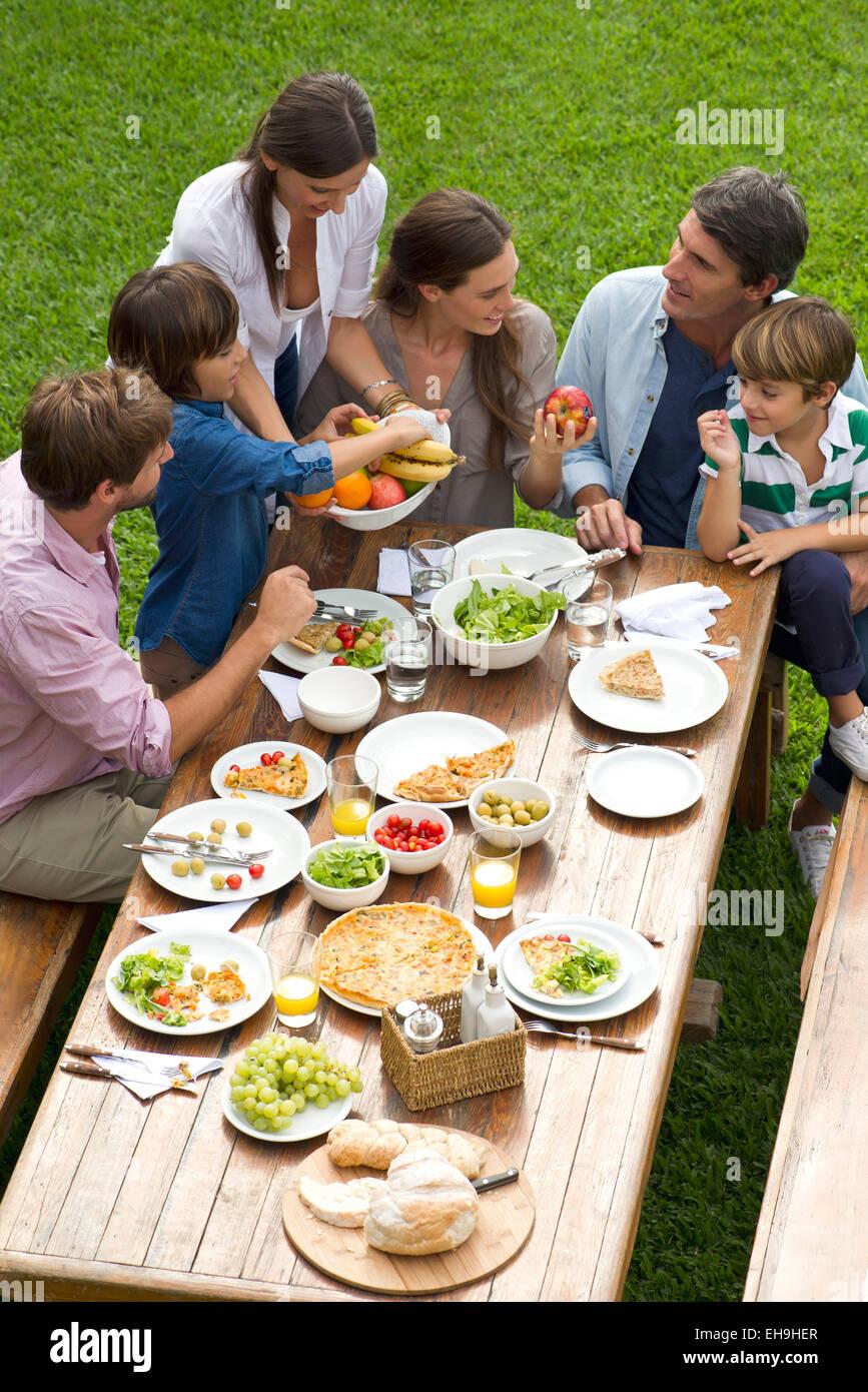 La familia y los amigos se reúnen para picnic de fin de semana Imagen De Stock