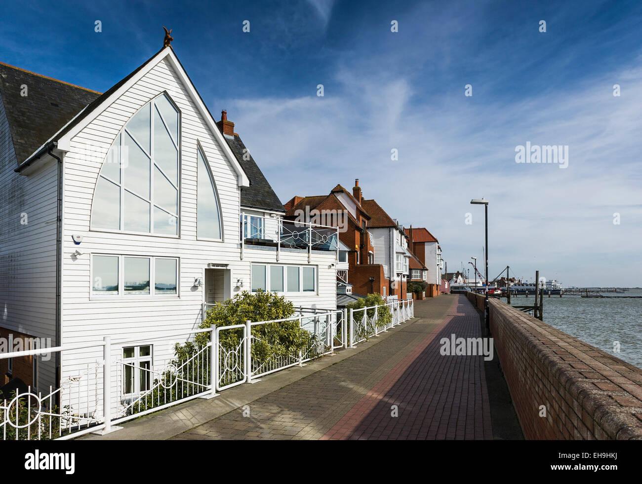 Riverside propiedades en las orillas del río Crouch en Burnham en Crouch en Essex. Imagen De Stock