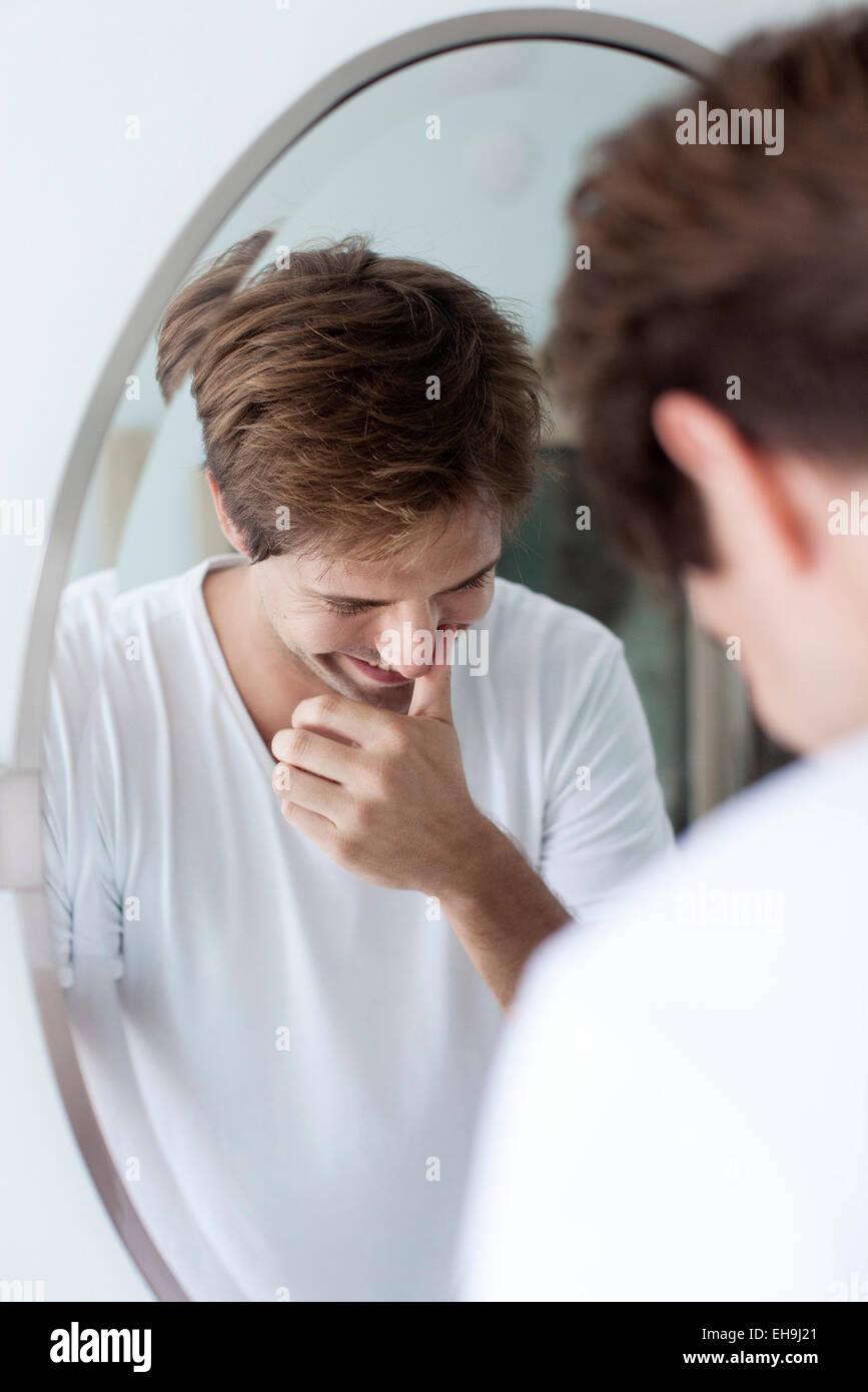 El hombre riendo a la legítima, la reflexión en espejo Imagen De Stock