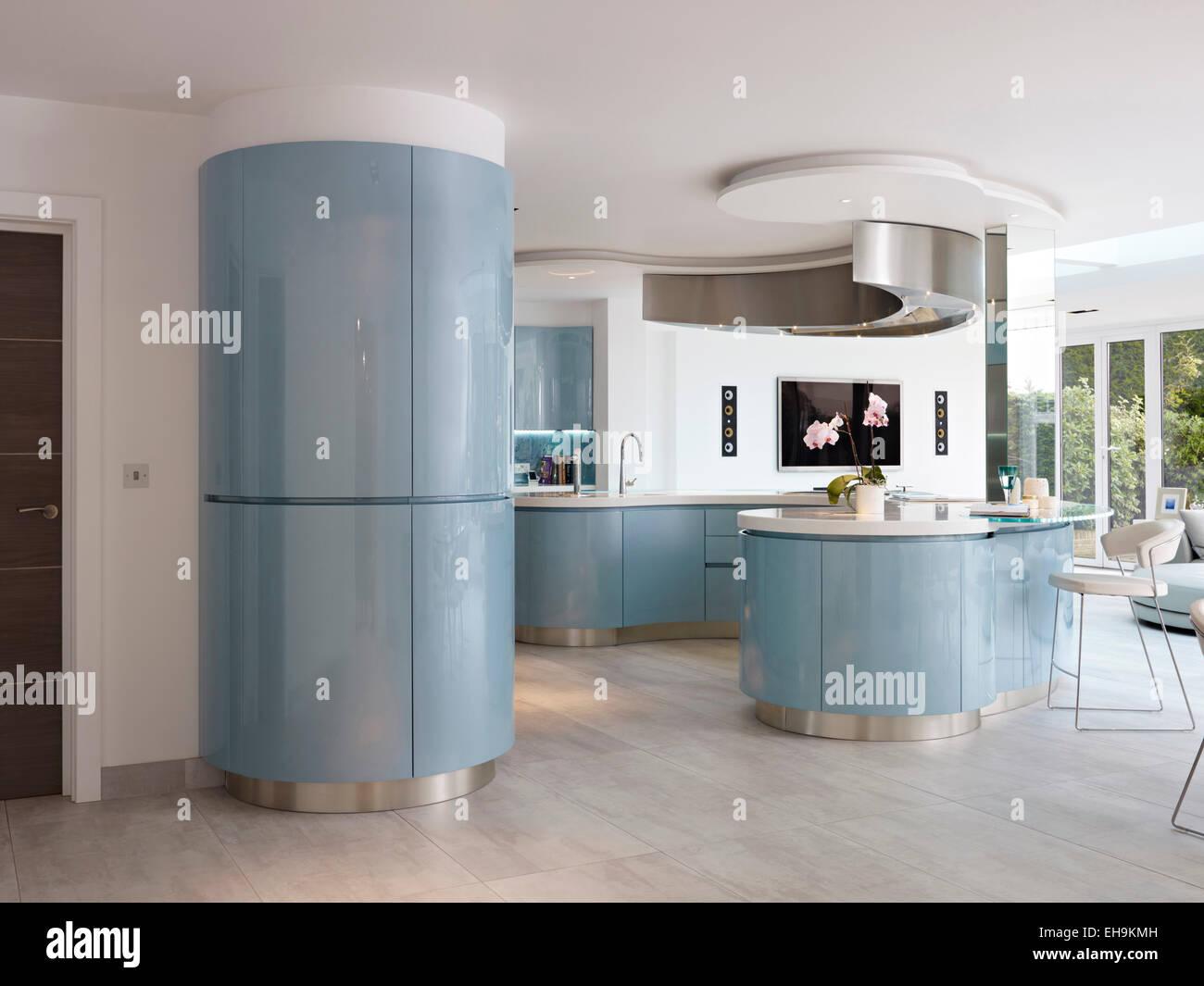 Azul y blanco, cocina moderna con diseño curvo, casa residencial, la ...