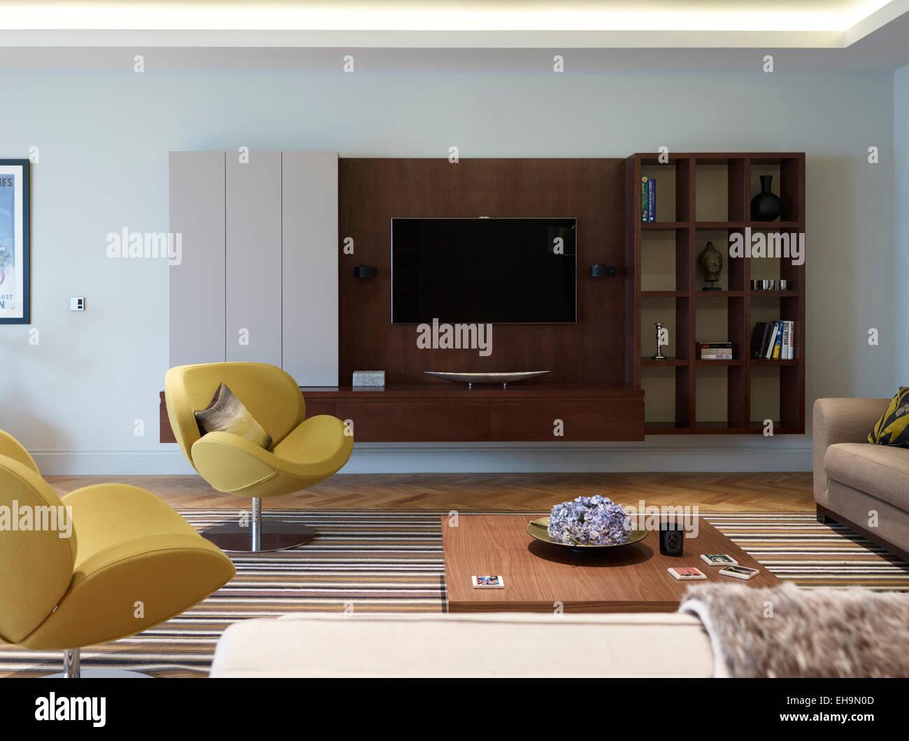 Sillones De Estilo Retro Y Tv Con Pantalla De Plasma En La Sala De  -> Sillones Para Sala De Tv