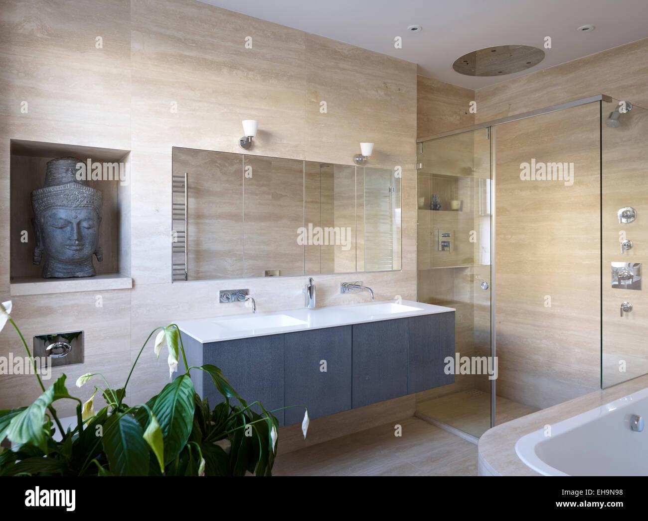 Cuarto de ducha y baño con lavabo doble en el cuarto de baño de ...