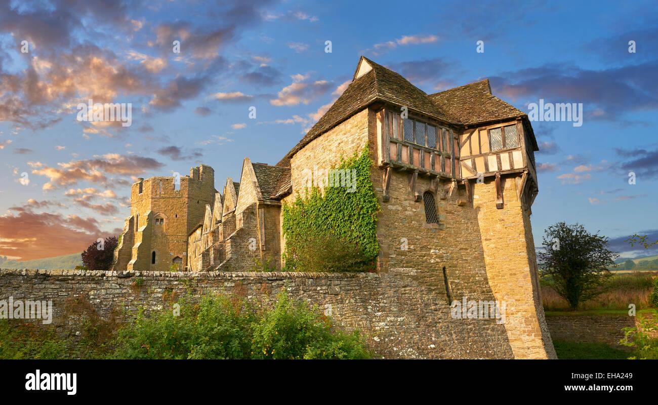 La torre norte con entramados de madera construida en el 1280s, Stokesay Castle, Shropshire, Inglaterra Foto de stock